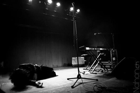 Photographie d'un chanteur Japonais couché sur la scène lors de Japan Impact 2012 à Lausanne