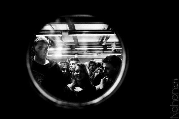 Photographie au travers d'un hublot de la foule attendant la conférence du Joueur du Grenier à Japan Impact 2012 à Lausanne