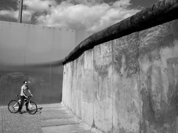 Cycliste bloqué par le mur de Berlin
