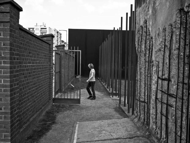 Piétonne passant le mur de Berlin