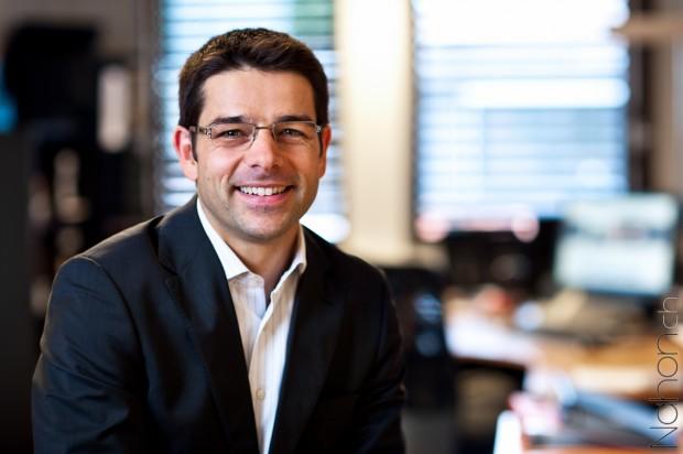 Portrait d'un homme dans un bureau