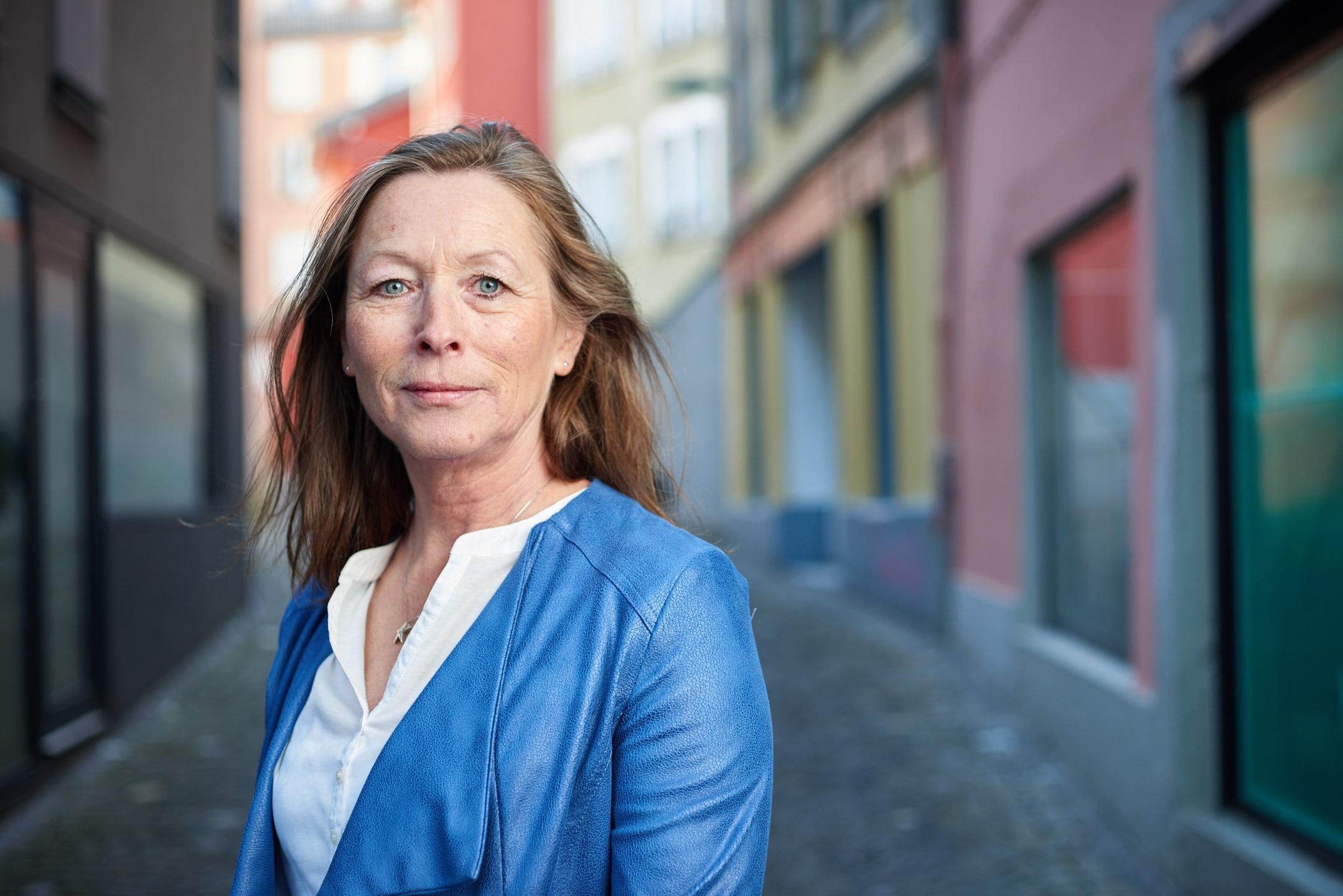 Portrait femme dans une ruelle de Lausanne