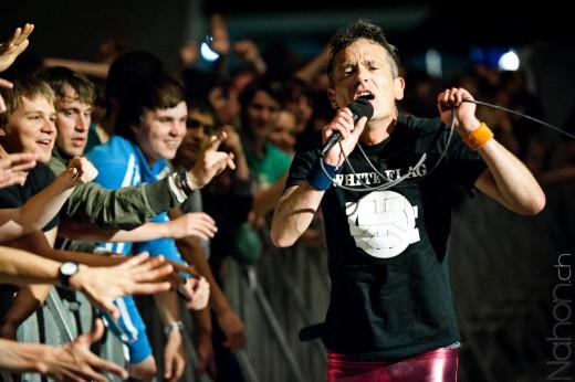 Photo du chanteur proche de la foule lors du concert des Wampas