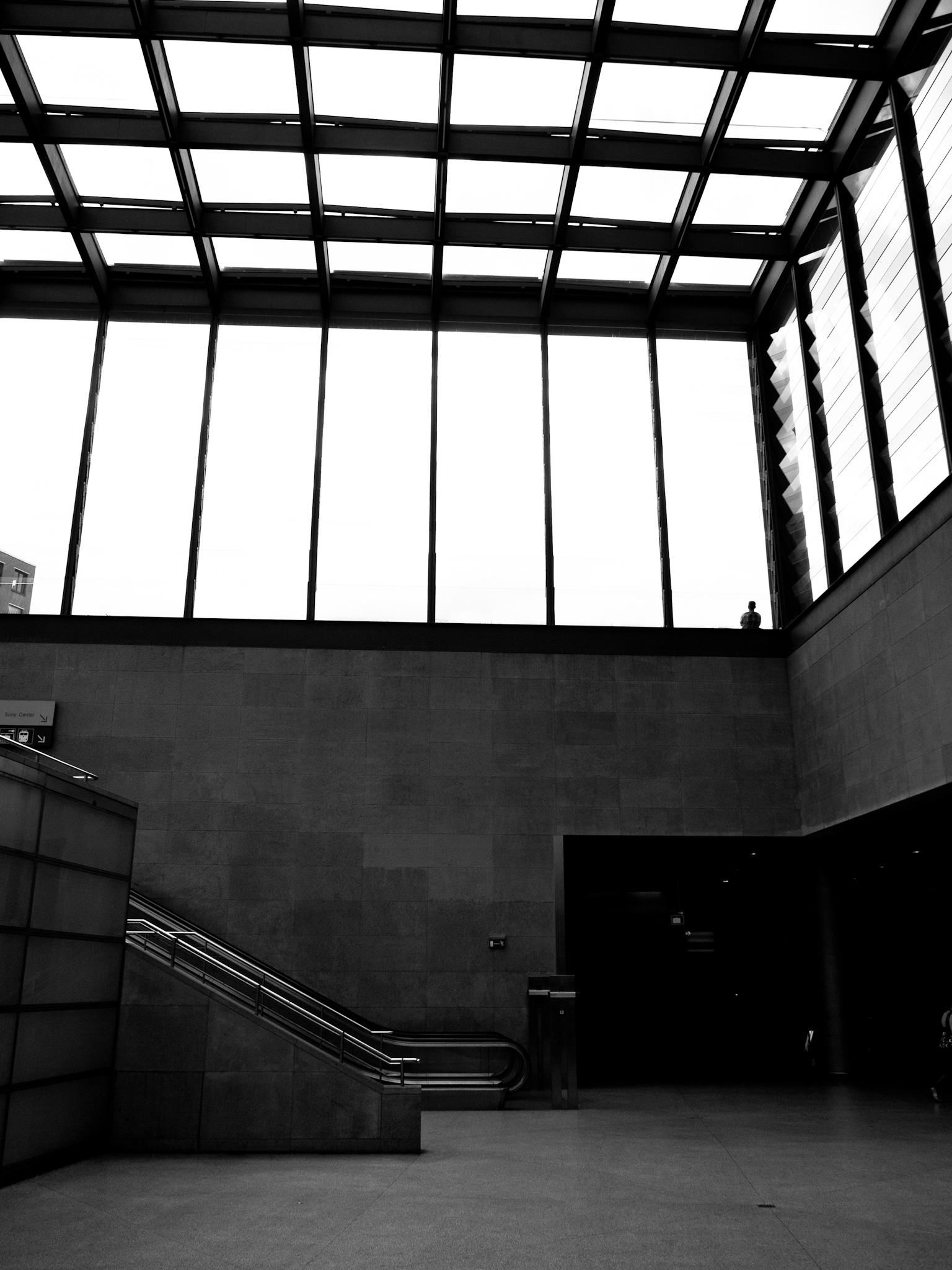 Portrait lointain dans une gare