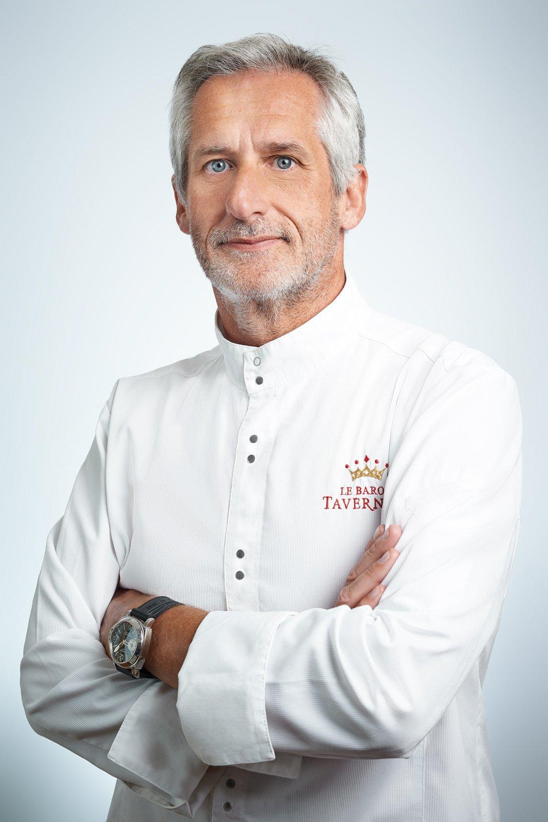 Portrait d'un chef cuisinier sur fond blanc