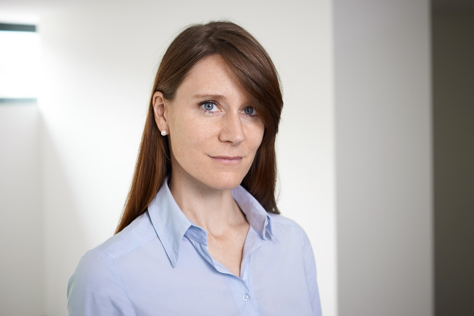 Portrait professionnel d'une femme sur fond clair