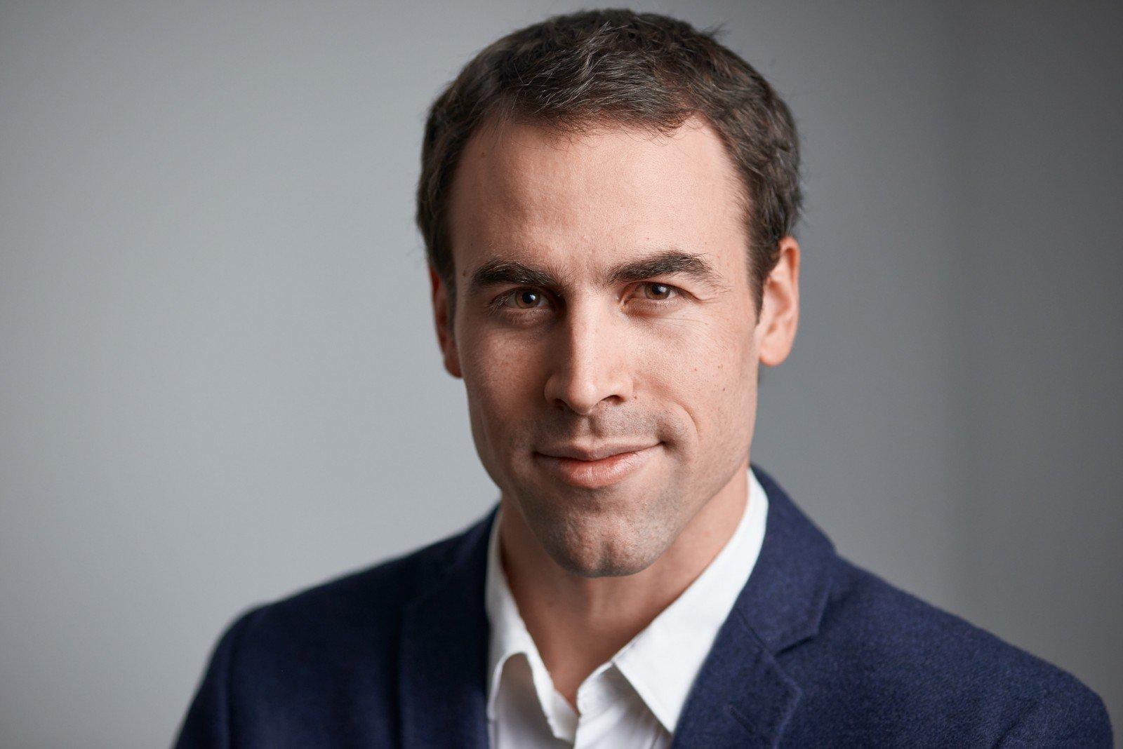 Portrait professionnel d'un homme sur fond gris