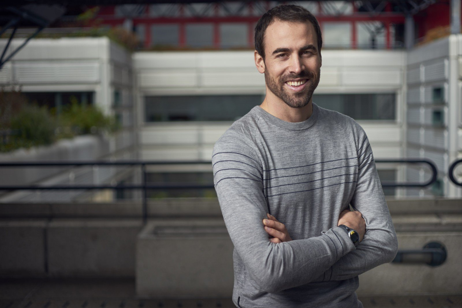 Photographie d'un homme en tenue décontractée sur le campus de l'EPFL